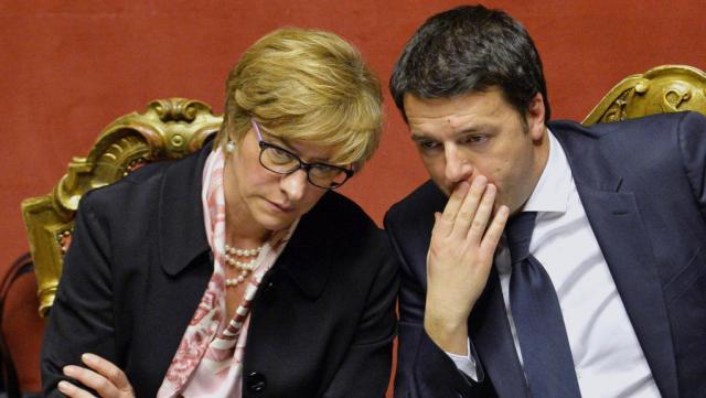 Crédit photo : AFP PHOTO / ANDREAS SOLARO La ministre de la Défense italienne Roberta Pinotti au côté du président du Conseil italien Matteo Renzi.