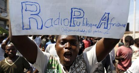 Un manifestant dénonce la fermeture de la Radio Publique Africaine - 29 avril, capitale Bujumbura. REUTERS/Thomas Mukoya