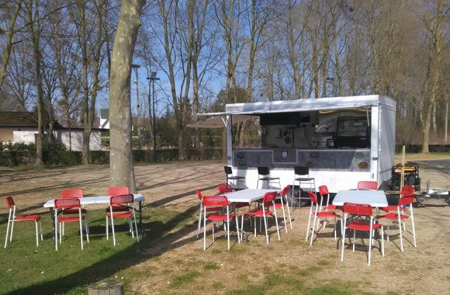 La remorque, street food, installée le jeudi soir à la commune de Courlon-sur-Yonne