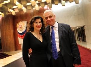 La chanteuse professionnelle, Christelle Loury, avec l'Ambassadeur de Russie en France, Alexandre Orlov (décembre 2015)