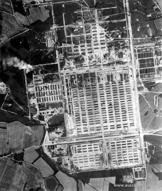 Auschwitz II-Birkenau, été 1944. Sur la gauche, la fumée est clairement visible. Il provient de puits brûlants à côté du crématoire V, où les Allemands ont brûlé des corps de Juifs assassinés. photo : aérienne - été 1944 Auteur : les Alliés