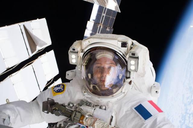 Selfi de Thomas Pesquet lors de sa sortie dans l'espace le 13 janvier 2017